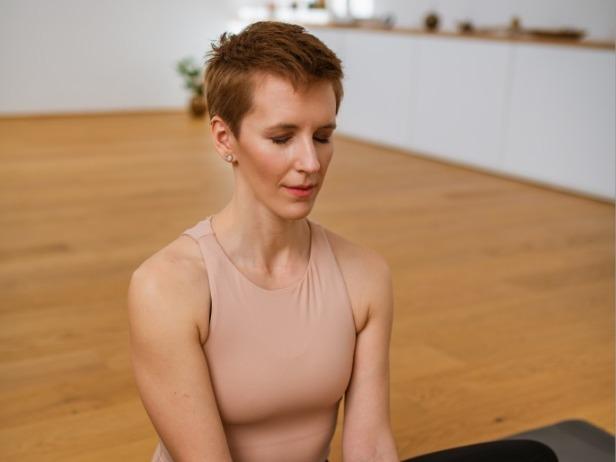 Eva Mercina med meditacijo