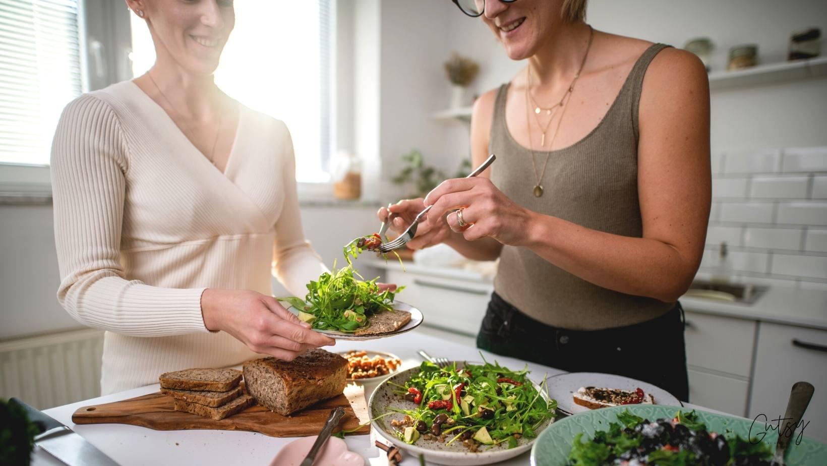 Aleksandra in Eva v kuhinji pred kosilom
